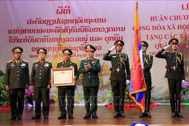 L'Ordre de l'Etoile d'or remis a l'Armee populaire du Laos hinh anh 1
