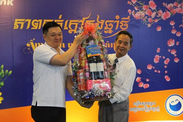 Des cadeaux de Tet a des familles d'origine vietnamienne au Cambodge hinh anh 1