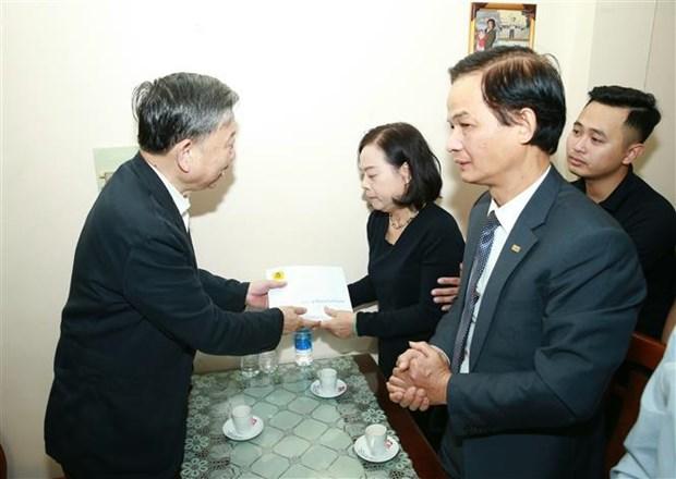 Affaire de Dong Tam : le general To Lam rend visite aux familles des trois policiers sacrifies hinh anh 1