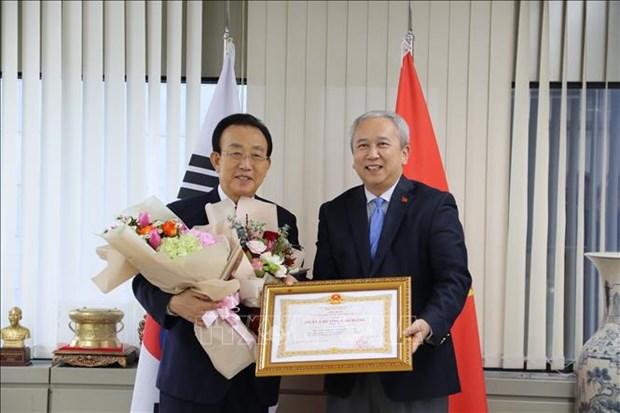 Un ancien gouverneur de la province sud-coreenne de Gyeongsangbuk a l'honneur hinh anh 1