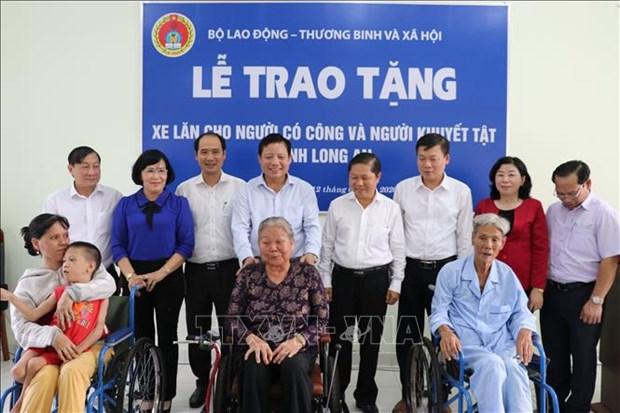 Remise de fauteuils roulants aux personnes handicapees a Long An hinh anh 1