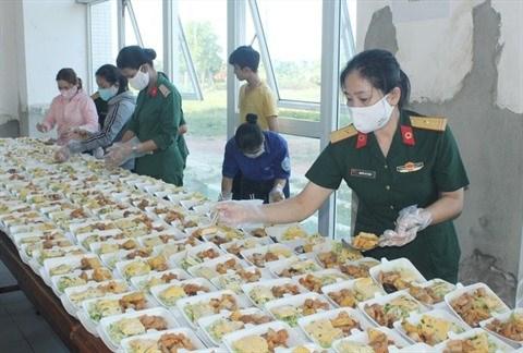 Les femmes militaires chargees des repas dans les zones de confinement hinh anh 1