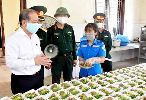 Les femmes militaires chargees des repas dans les zones de confinement hinh anh 2