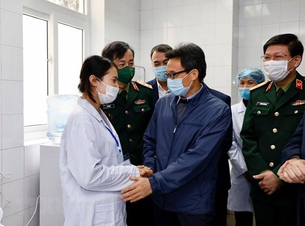 Covid-19 : le vice-PM Vu Duc Dam rend visite aux volontaires aux tests du vaccin Nano Covax hinh anh 1