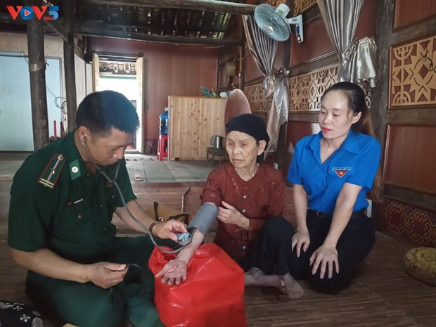 Les gardes-frontieres de Dam Thuy accompagnent les minorites ethniques locales hinh anh 2