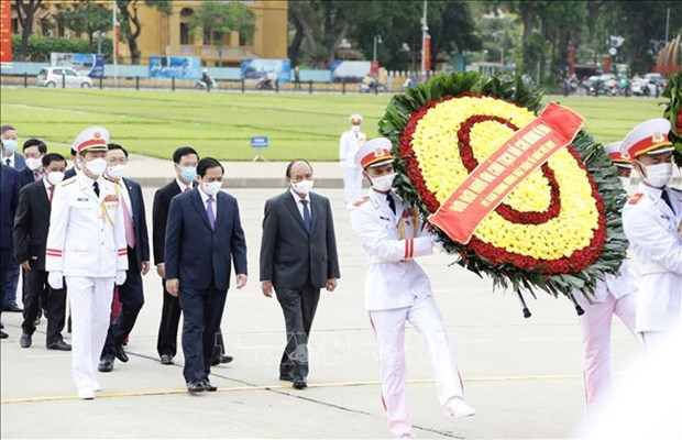 Des dirigeants rendent hommage au President Ho Chi Minh hinh anh 2