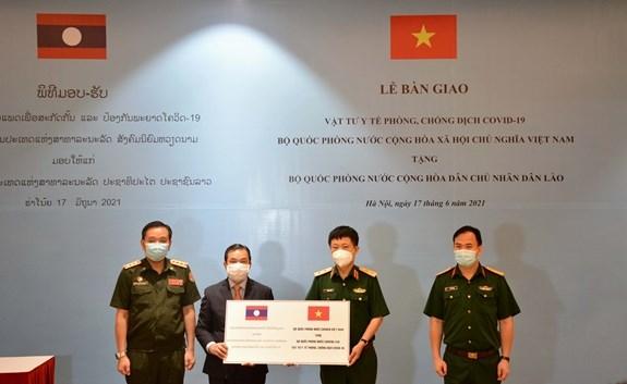 COVID-19 : aide contenue du ministere vietnamien de la Defense a son homologue lao hinh anh 1