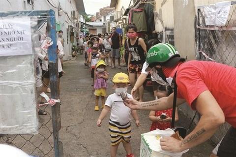 Un volontaire Francais distribue des paniers-repas aux plus demunis hinh anh 1