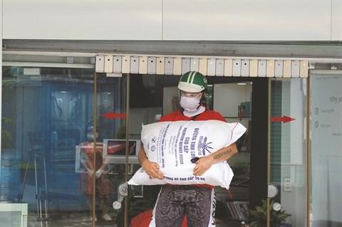 Un volontaire Francais distribue des paniers-repas aux plus demunis hinh anh 2
