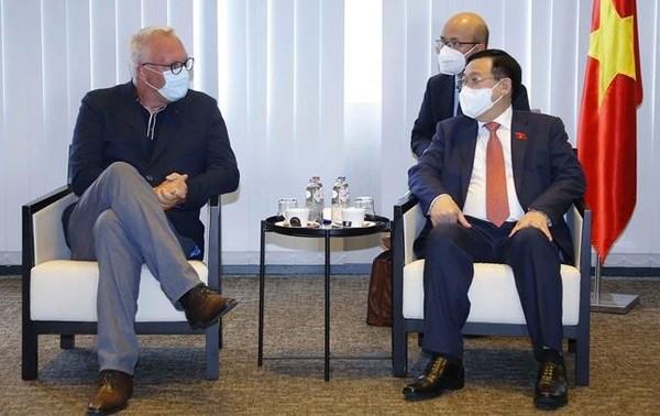 Le president de l'AN Vuong Dinh Hue rencontre le president du Parti du travail de Belgique hinh anh 1