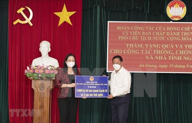 Lutte contre le COVID-19 : La vice-presidente vietnamienne remet des dons a An Giang hinh anh 1