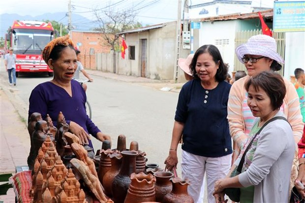 Colloque international sur l'art de la poterie traditionnelle des Cham hinh anh 1