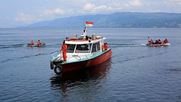 Indonesie : un mort et 12 portes disparus dans le chavirement d'un bateau hinh anh 1