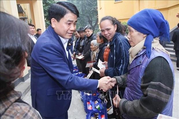 Tet : le maire de Hanoi visite des personnes defavorisees et meritantes hinh anh 1