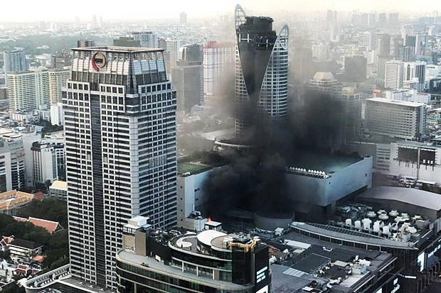 Thailande: 2 morts, 14 blesses dans un incendie au centre commercial Central World hinh anh 1