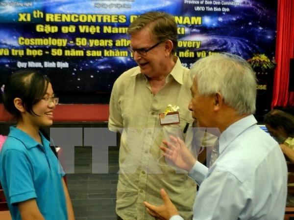 Le prix Nobel George F. Smoot surpris des connaissances des eleves vietnamiens hinh anh 1