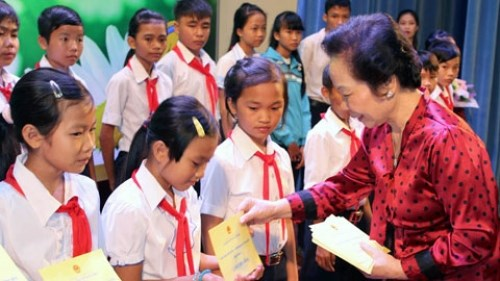 Remise de 120 bourses d'etudes aux enfants demunis a Lam Dong hinh anh 1