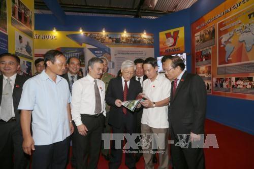 Le leader du PCV visite l'Exposition sur les realisations du Vietnam hinh anh 1