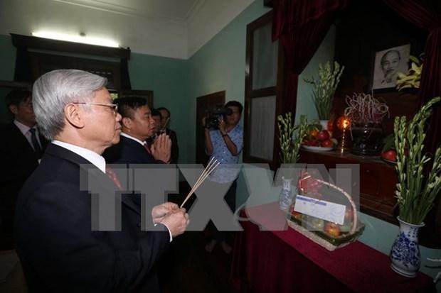 Le Secretaire general du PCV Nguyen Phu Trong offre de l'encens au President Ho Chi Minh hinh anh 1
