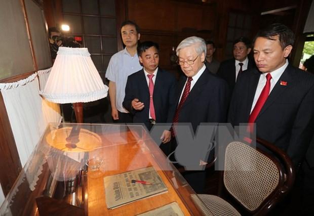 Le Secretaire general du PCV Nguyen Phu Trong offre de l'encens au President Ho Chi Minh hinh anh 2