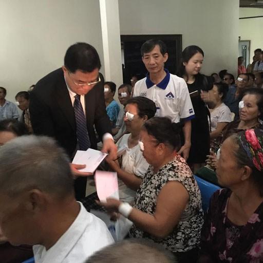 Les medecins vietnamiens au chevet des patients demunis au Laos hinh anh 4