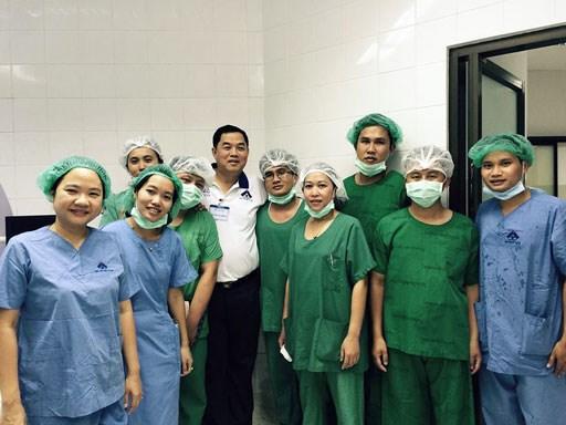 Les medecins vietnamiens au chevet des patients demunis au Laos hinh anh 5