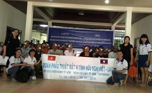 Les medecins vietnamiens au chevet des patients demunis au Laos hinh anh 6