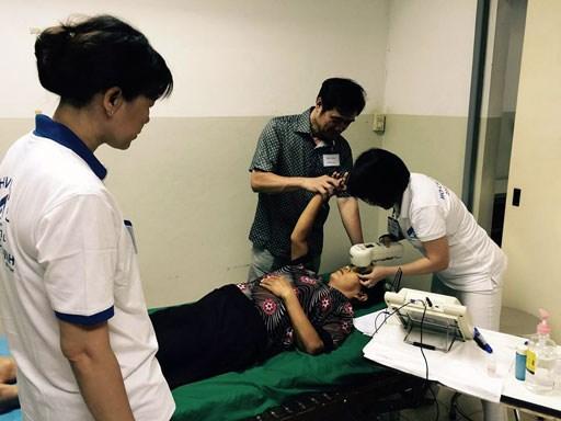 Les medecins vietnamiens au chevet des patients demunis au Laos hinh anh 2