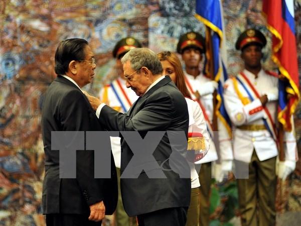Le president du Laos recoit l'Ordre Jose Marti de Cuba hinh anh 1