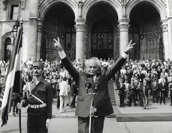 Message de condoleances du Vietnam pour la mort de l'ancien president hongrois. hinh anh 1