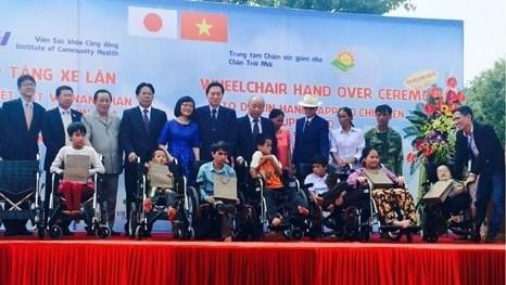 Un ancien PM japonais offre 50 fauteuils roulants aux enfants victimes de l'agent orange/dioxine hinh anh 1