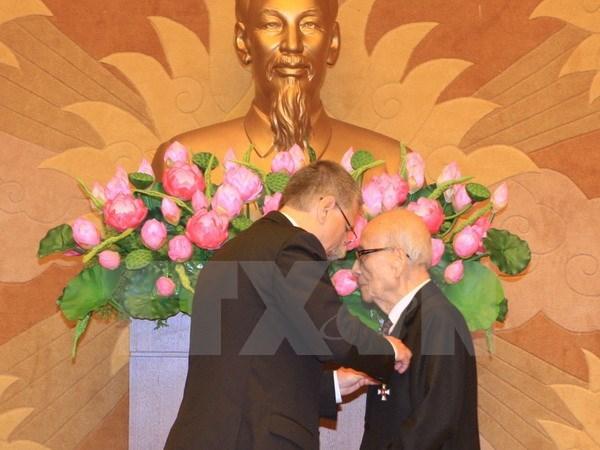 Le professeur Vu Khieu decore de la Croix de Chevalier de Hongrie hinh anh 1