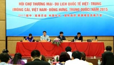 Plus de 400 stands a la foire internationale du commerce et du tourisme Vietnam-Chine 2015 hinh anh 1