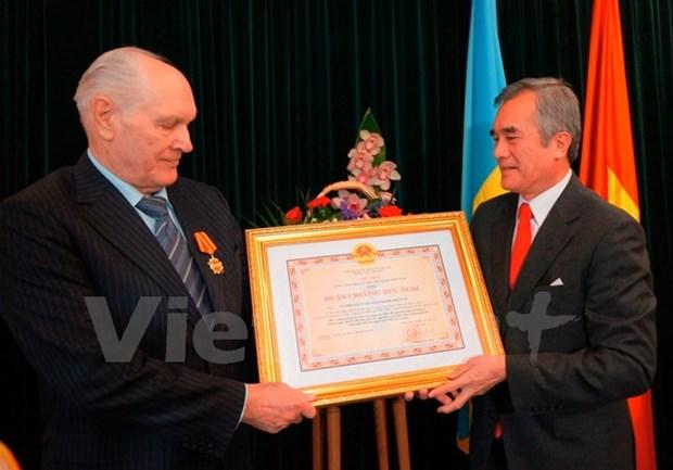 Remise de l'Ordre de l'amitie a un citoyen ukrainien hinh anh 1