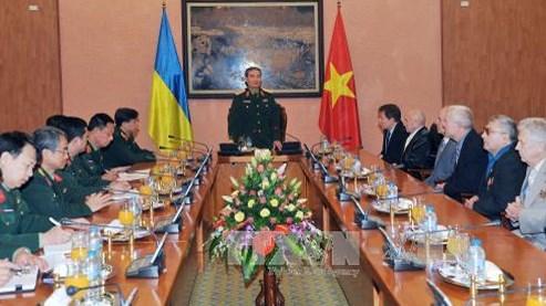 Une delegation de veterans ukrainiens en visite au Vietnam hinh anh 1