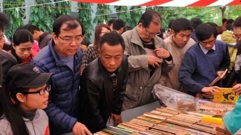 Des milliers de visiteurs a la Foire des anciens livres hinh anh 1