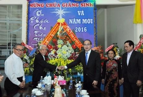 Les dirigeants du Parti et de l'Etat presentent leurs voeux de Noel aux chretiens hinh anh 1
