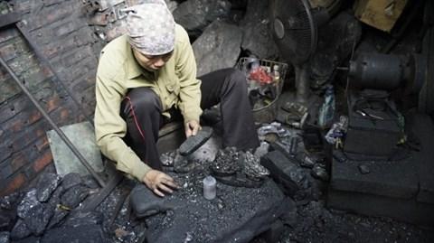 La sculpture sur charbon tout feu tout femme a Ha Long hinh anh 1