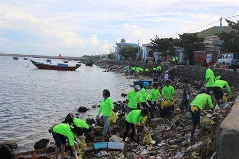 Quand les touristes se muent en eboueurs sur l'ile de Ly Son hinh anh 1