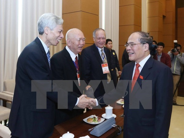 Les dirigeants de l'AN rencontrent d'anciens deputes a Hanoi hinh anh 1