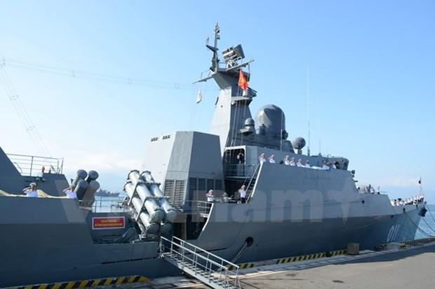 La fregate lance-missiles 011 Dinh Tien Hoang accoste au port militaire de Changi hinh anh 1