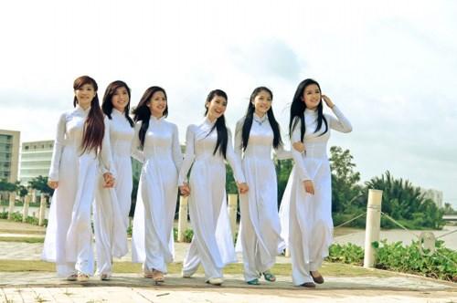 Des ambassadrices et des epouses d'ambassadeurs a la Fete de l'ao dai a Hanoi hinh anh 2