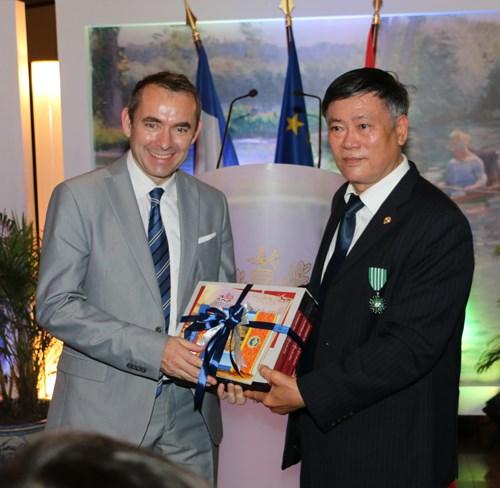 La France decore l'ancien directeur de la Bibliotheque nationale du Vietnam hinh anh 1