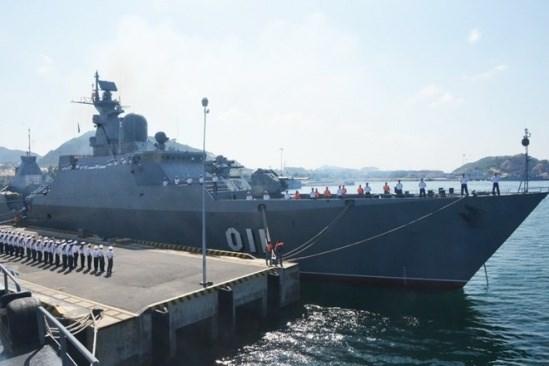 Un navire de la Marine singapourienne au port de Cam Ranh. hinh anh 1
