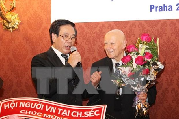 L'ambassadeur du Vietnam a Prague salue les auteurs du Dictionnaire tcheque-vietnamien hinh anh 1
