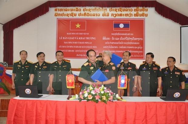 Le Vietnam aide le Laos a concevoir une page web sur la defense hinh anh 1