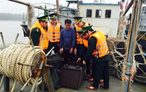 Hai Phong : arrestation d'un bateau chinois transportant illegalement du petrole hinh anh 1
