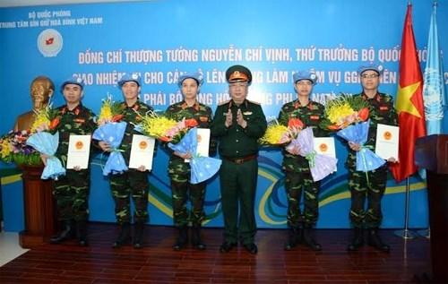 Cinq officiers vietnamiens en mission de maintien de la paix hinh anh 1