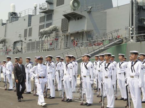 Deux navires militaires japonais visitent le Vietnam hinh anh 1
