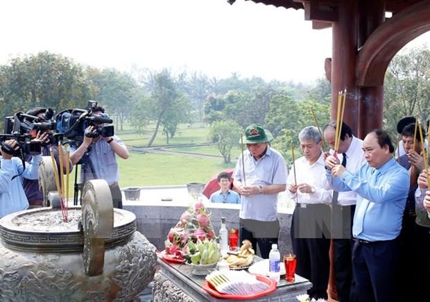 Le PM Nguyen Xuan Phuc rend hommage aux morts pour la Patrie hinh anh 1